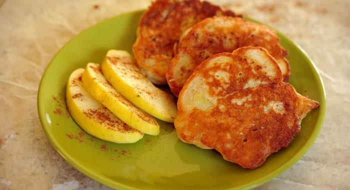 Drożdżowe racuchy babuni z jabłkami